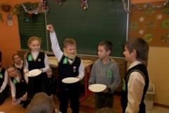 Pradinių klasių mokiniai pasitinka artėjančias  Šv. Kalėdas